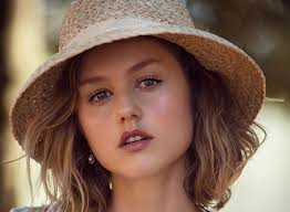 Isabelle Cornish Body Measurements Breasts Height Weight